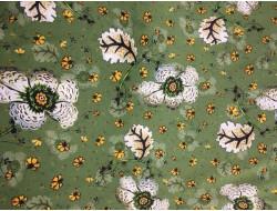 Tissu soie fleuri sur fond vert
