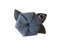 Ecusson thermocollant fleur feutrine grise